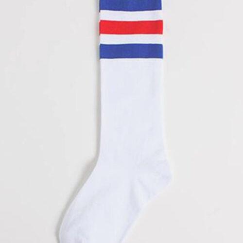 Высокие белые носки с синими и красными полосами